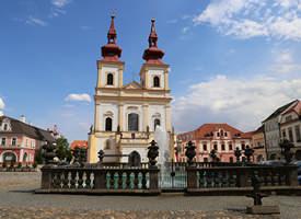 Kadaň Markt mit Stadtbrunnen und Kirche